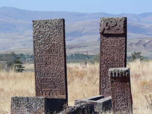 La Vía Diagonal: las tumbas de piedra de Ahlat